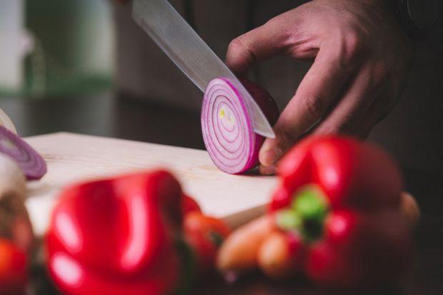 Вчені назвали причини, за якими необхідно включити в раціон харчування сиру червону цибулю, в першу чергу людям, що страждають онкологією.