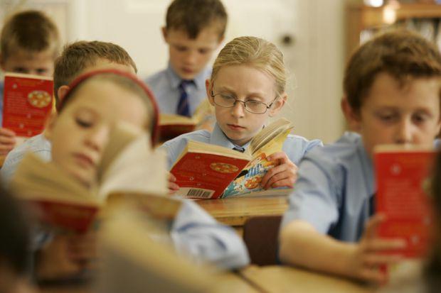 Дислексія - це часткове специфічне порушення процесу читання. Не варто одразу робити свою дитину причетною до цього захворювання, якщо вона не може оп