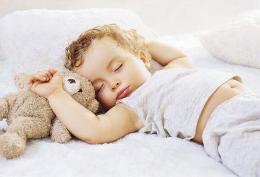 Сон на спині, розкинувши руки і закинувши голову назадЦя поза уві сні може бути результатом астматичного бронхіту. Дане положення уві сні сприяє кращі