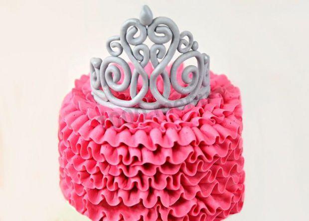 Майже кожна дівчинка вважає себе принцесою. Якщо ви хочете приготувати незабутній торт для своєї доньки, тоді читайте наш рецепт тортика для принцес.