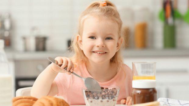 Дієтологи назвали 7 продуктів харчування, які потрібно обов'язково давати маленькій дитині, щоб посилити роботу мозку. Ці продукти особливо важливі в