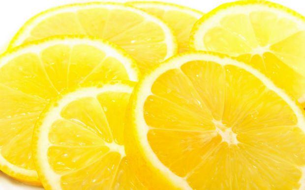 Якщо ви хочете позбутися веснянок або пігментних плям, наберіться терпіння і протирайте їх соком лимона - з часом вони зникнуть. З прищиками теж можна