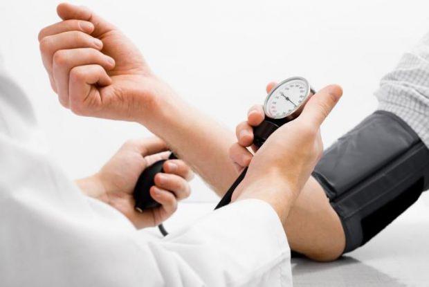 Артеріальна гіпертонія є одним з основних факторів ризику мозкового інсульту та інфаркту міокарда.