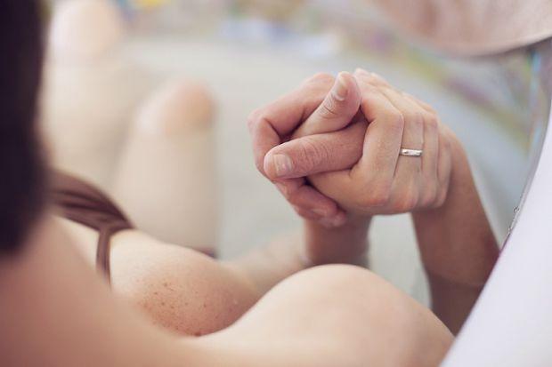 Ви вирішили народжувати разом чи майбутній тато буде чекати за дверима? Про те, що потрібно знати перед пологами, говоримо далі.