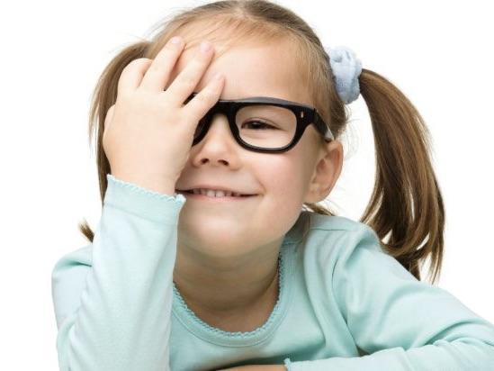 Академіки з'ясували, діти, які постійно користуються смартфонами, можуть нашкодити своєму зору.