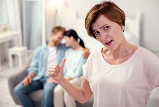 Для свекрухи чоловік – син, тому вона вважає за необхідне про нього піклуватися та оберігати його. До того ж, дорослі люди часто плутають сім'ю дітей
