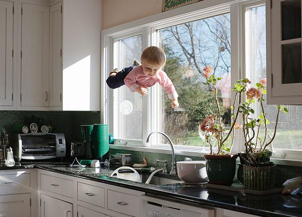 Рейчел Хулін - американський фотограф, котра представила красиві фотографії літаючої дитинки. Як модель, Рейчел використовувала свого сина Генрі.