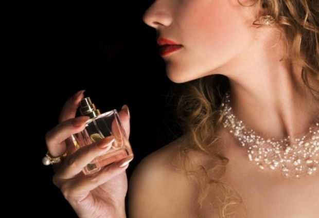 Існує багато міфів про те, як правильно користуватися парфумами, чому деякі аромати тримаються довше, ніж інші, а також чому один і той же запах може