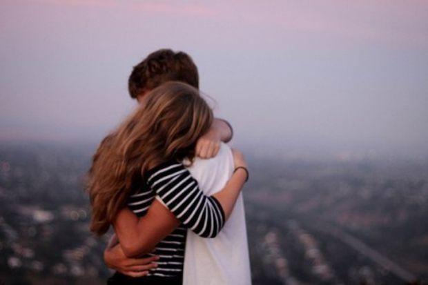 Вчені з Німеччини довели, що обійми дуже важливі для людини, оскільки вони є засобом вираження емоцій.