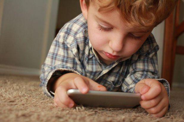 Це доволі складне питання і часто батьки, не задумуючись про наслідки, надто рано купують дитині телефон.