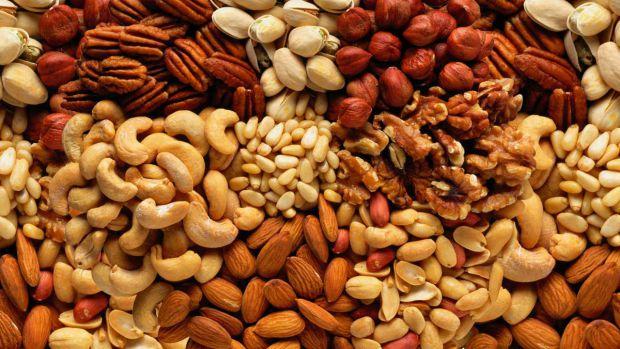 Жирні продукти ефективно сприяють зниженню ваги, заявили дієтологи на сторінках журналу