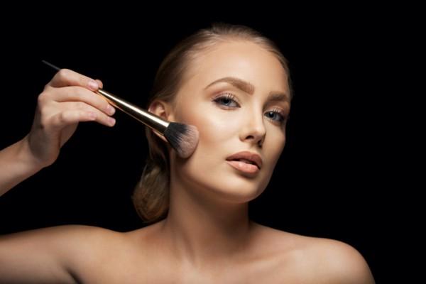 Ви захворіли, а залишатися вдома та лікуватися у вас немає часу? Тоді варто подбати про свій зовнішній вигляд, особливо, про макіяж.