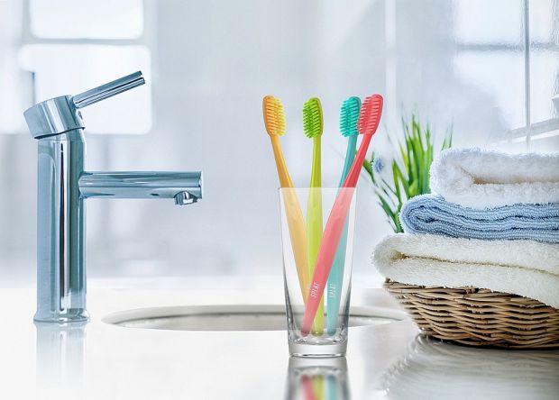 Нове дослідження відповіло на питання, які бактерії живуть на зубній щітці. Виявилося, що не все так погано.