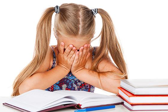 Дислексія - це часткове порушення процесу читання. Малюкові з таким діагнозом складно розпізнавати букви, складати їх у слова і вимовляти вголос, а та