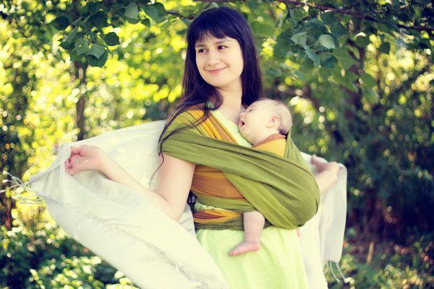 Фахівці кажуть, що чим більше дитину носять на руках, тим затишніше і комфортніше вона себе почуває.З народження малюк, якого носять в слінгу, пізнає