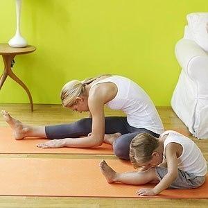 Дитина, котра займається йогою, - явище, на перший погляд, не нормальне. Як переконати малюка сидіти нерухомо, бути спокійним і розслабленим? І чи пот