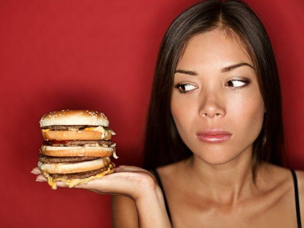 Жінкам, які регулярно їдять фаст-фуд і шкідливу їжу, потрібно більше часу, щоб зачати дитину, в порівнянні з тими, хто їсть багато фруктів, повідомляю