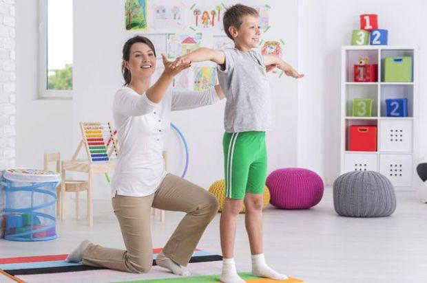 Іноді дорослий не завжди згадує, що сидіти потрібно рівно і не кривити спину, що ж говорити про дитину! Як полегшити процес вироблення правильної пост