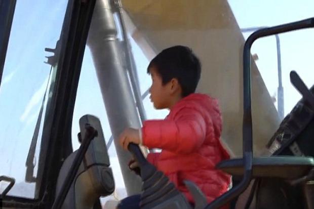 4-річний хлопчик досконало освоїв роботу на екскаваторі. Повідомляє сайт Наша мама.
