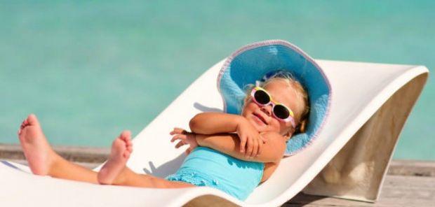 Шкіра дітей віком до 2 років практично нездатна виробляти мелатонін - захисна речовина, тому таких крихіток необхідно ховати від сонця, дозволяючи їм