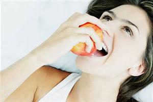 Британські вчені знайшли нову корисну властивість яблук. Згідно з останніми даними, цей фрукт здатний повернути назад процес старіння організму.