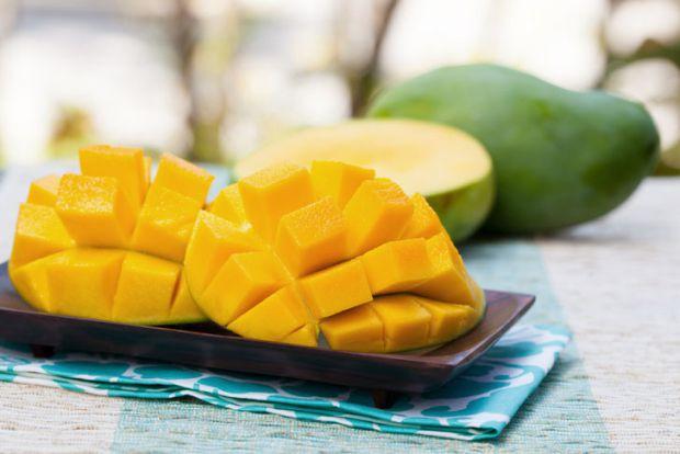Підбираючи фрукти, з якими ви будете знайомити свого малюка під час введення прикорму, не варто вибирати екзотичні продукти, наприклад, манго.