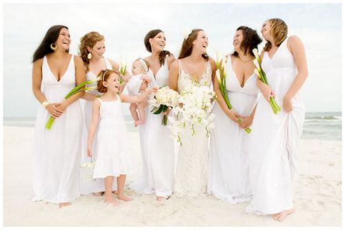 За традицією, весільна сукня повинна бути білого кольору, хоча сьогодні багато наречених вдягають і кремові, і молочні, і блакитні, і навіть чорні сук
