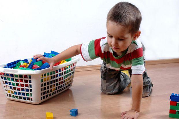 В ігровій формі можна легко привчити малюка до прибирання своїх іграшок.