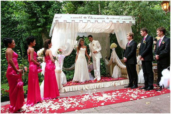Останнім часом дедалі частіше молодята обирають виїзну церемонію реєстрації шлюбу. Це і комфортніше, адже не треба стояти в чергах біля РАЦСу, і, водн