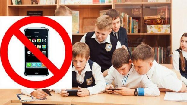 Використання мобільних телефонів у школах – складна проблема, і в різних країнах світу вона вирішується по-різному.