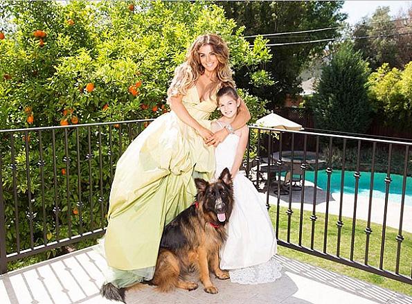 Зіркова матуся разом із своїми красунечками, маленькими донечками-принцесами знялася у новій фотосесії для журналу