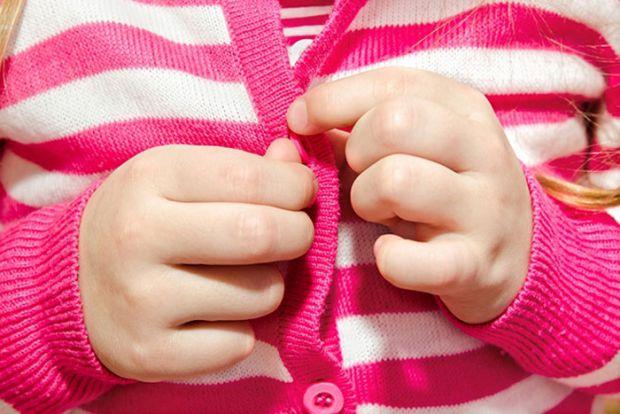 Коли малюк відправляється в дитячий сад, він вже повинен вміти себе обслуговувати. До трьох років багато дітей вміють самостійно одягатися і ходити на