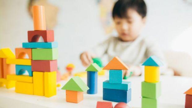 Науковці з Університету Ла-Троб в Мельбурні розповіли, що діти, хворі аутизмом, починають пізнавати світ і вчитися багатьом навичкам ще в юному віці.