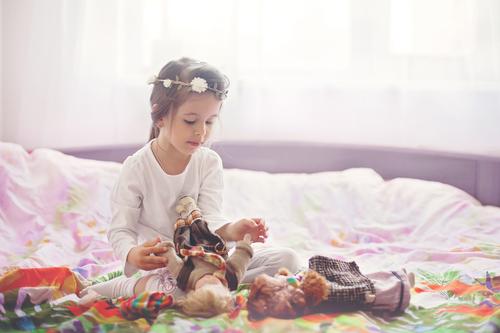 Більшість маленьких дівчаток просто обожнюють принцес - вони не тільки грають ляльками в образі улюблених казкових героїнь, а й намагаються вести себе