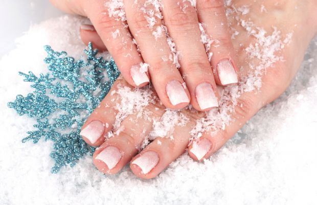 Руки - це видна частина тіла, тому нігті повинні бути доглянуті, а шкіра не потріскана. Особливо, якщо це зима - то потрібний ретельний догляд.