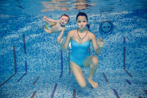 Багато батьків після народження дитини замислюються про те, чи варто водити свого малюка на раннє плавання і чи буде від нього користь.