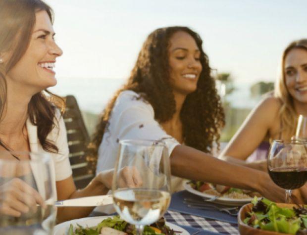 Американські вчені розповіли як вечеря з друзями допоможе людині схуднути.