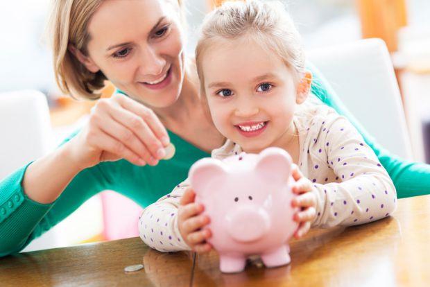 Дітей потрібно з малечку привчати до вміння користуватись грошима: як їх заощаджувати і на що витрачати. Саме для цього краще купити для дитини скарбн