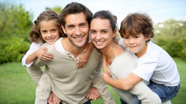 Як тільки дитина йде в школу, основна частина її життя проходить поза сім'єю. У цей час особливо яскраво проявляється потреба в міцному батьківському