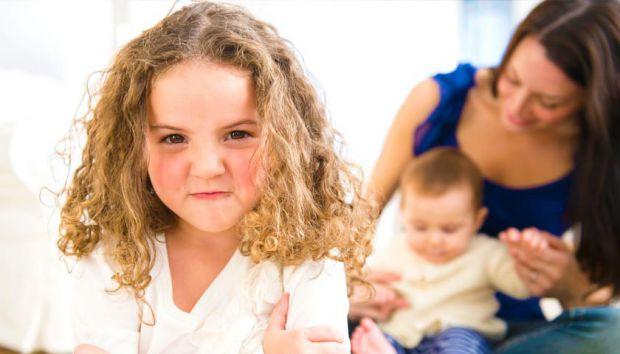 Коли у сім'ї з'являється ще одна дитина, то старша починає ревнувати, як запобігти цього відчуття малюку - читайте далі.