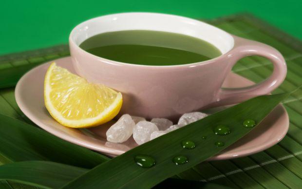 Антиоксиданти допомагають нам боротися з ознаками старіння і в'яненням шкіри, тому косметологи рекомендують пити зелений чай, саме в ньому антиоксидан