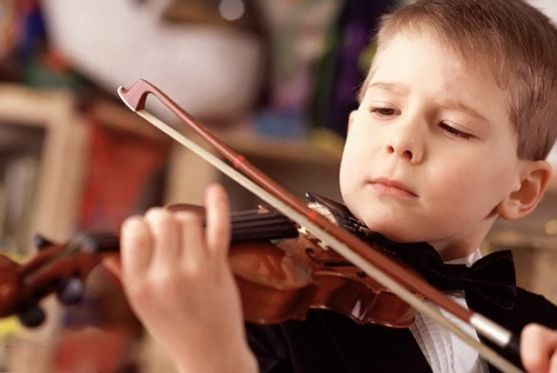 Батьки, що бажають дати дитині різнобічну освіту, віддають її в музичну школу  Користь таких занять давно доведена вченими, однак не всі діти радіють