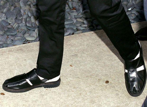 Чоловічі сандалі стали популярним взуттям на показах весняно-літніх колекцій модних брендів в 2018 році. Про це повідомляє