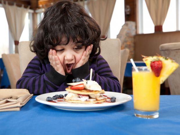 Медики переконують, що успішність школяра безпосередньо залежить від сніданку. Мозок голодної дитини страждає від нестачі вуглеводів і від глюкозного
