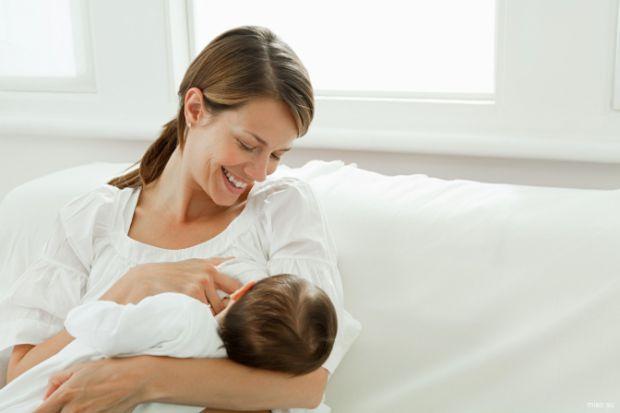 Якщо у мами діагностований коронавірус, важливо зберігати годування грудьми.