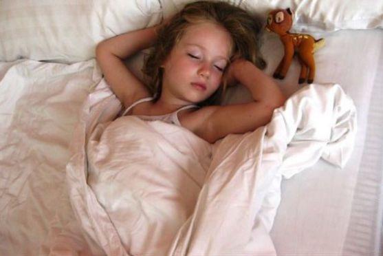 Відучувати дитину спати в батьківському ліжку необхідно поступово. Краще, якщо цей процес починається у віці 2-3 років. Саме цей період відповідає к