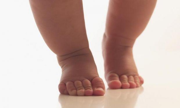 Коли малюк починає ходити, його стопа особливо інтенсивно розвивається і формується. Цей процес триває аж до дошкільного віку. Отже, щоб стопи і ноги