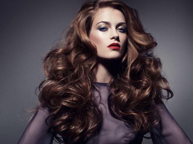 Термоприлади надають негативний вплив на волосся, змушуючи його втрачати природний блиск. Відростити довге і доглянуте волосся, зловживаючи праскою і