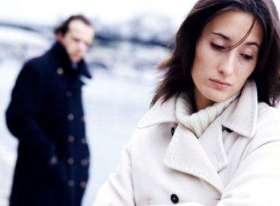 Коли ви знайомитеся з чоловіком, надзвичайно важливо зрозуміти, чи приховує він від вас щось. Тому є певні ознаки, як саме можна відрізнити звичайно ч