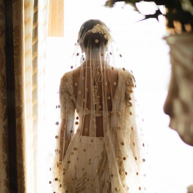 Індійський дизайнер Креша Баджадж опублікувала фотографії свого весільного наряду-лехенгі - його спідниця прикрашена детальною золотою вишивкою, що оп